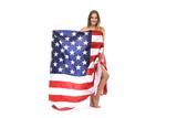 Hübsche blonde Frau eingehüllt in die Fahne der Vereinigten Staaten von Amerika lacht - 206593632