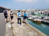 groupe de jeunes,balade sur le port de noirmoutier - 206621637