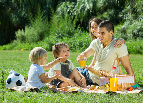 parents with daughters having picnic - 206669452
