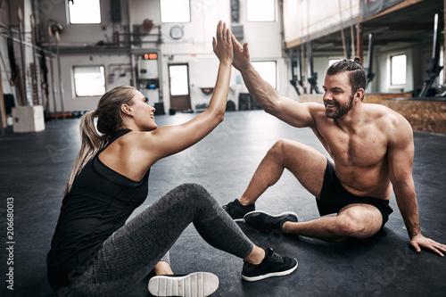 Dwa pasują młodych ludzi wysokie fiving razem po treningu