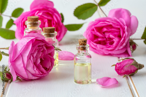 A bottle of essential oil with fresh rose flowers © Madeleine Steinbach