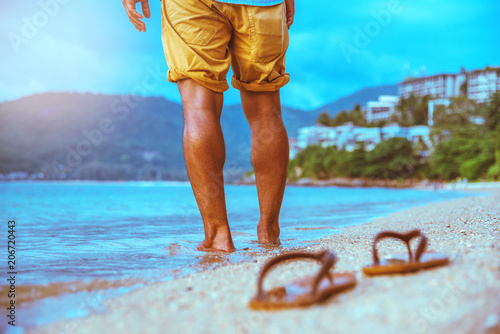 Aluminium Turkoois Asian man travel nature. Travel relax. Walking on the beach. In the summer