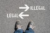 Ein Mann steht vor der Entscheidung Legal oder Illegal - 206770278