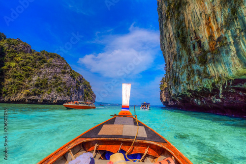 Fotobehang Thailand Traditional long tail boat on the sea of Pileh region, Phi Phi Lee bay island in Thailand
