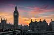 Der Big Ben Turm und die Westminster Brücke in London bei Sonnenuntergang