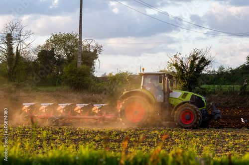 Fotobehang Trekker Un tracteur et sa charrue