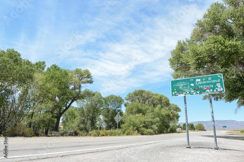 Fotobehang UFO Panneau sur la route Extraterrestre dans le désert du Nevada aux USA