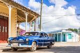 Amerikanischer blauer Chrysler Oldtimer parkt in Santa Clara in der Seitenstrasse - Serie Kuba Reportage