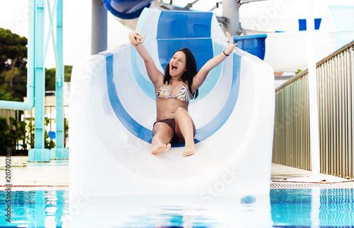dziewczyna rolki na zjeżdżalniach wodnych