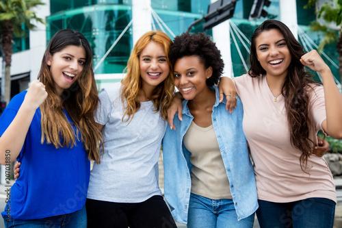 Vier jubelnde junge Frauen in der Stadt