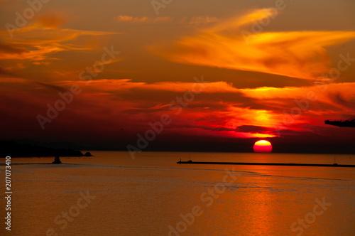 Fotobehang Zee zonsondergang Tramonto del Porto