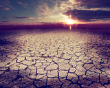 Paisaje desértico y nubes de tormenta.Suelo agrietado y puesta de sol.Calentamiento global y cambio climático - 207106289
