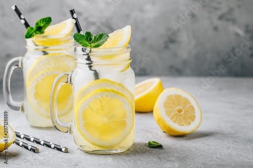 Domowy napój orzeźwiający lato lemoniady z plasterkami cytryny i lodu w słoikach mason