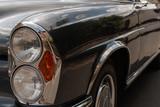 Oldtimer Auto 280SE Coupe mit Brautstrauß und Blumen für Hochzeit geschmückt.