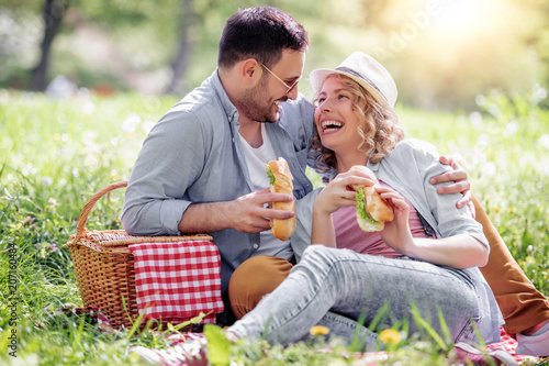 Leinwanddruck Bild Couple on picnic