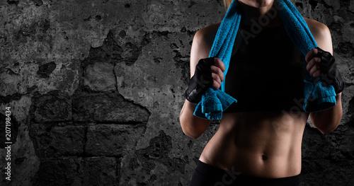 Wyznaczona dziewczyna na siłowni gotowa do rozpoczęcia lekcji fitness
