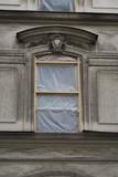 fenêtres avec feuilles plastiques. Façade en rénovation.
