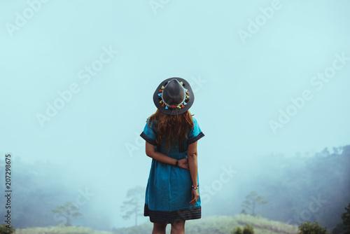Aluminium Lichtblauw Women wear tribal costumes. Mountain view with foggy mountains.