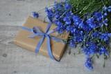 Bukiet chabrów i prezent