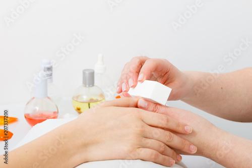 Przygotowanie paznokci przed manicure, paznokcie pliku kosmetyczka