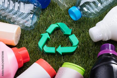 Wysoki kąt widzenia zielony symbol recyklingu na trawie