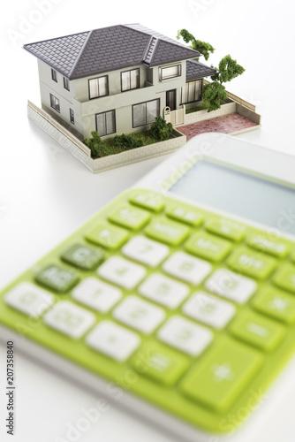 電卓と住宅模型 - 207358840