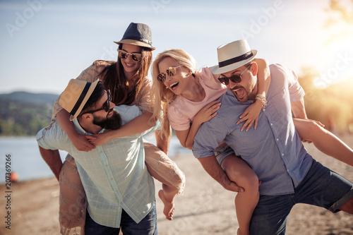 Szczęśliwe młode pary ma zabawę na plaży