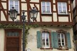 Farola y ventanas antiguas de madera pintadas. - 207400609