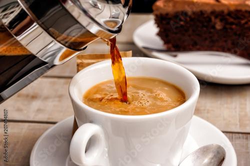 Kaffee und Kuchen, Kaffetasse und Schokoladenkuchen