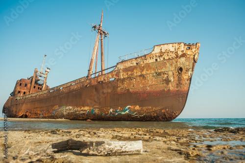 Fotobehang Schipbreuk Dimitrios shipwreck at Valtaki beack, Gytheio, Greece