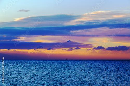 Fotobehang Zee zonsondergang Dawn on the shore of the sea.