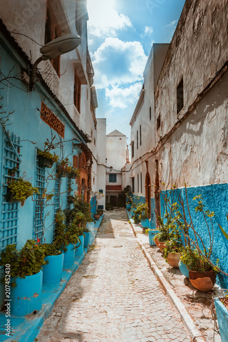 Aluminium Marokko Small streets in blue and white in the kasbah of old city Rabat in Marocco