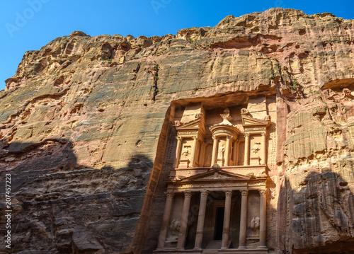 Fotobehang Zonsopgang The Treasury at sunrise in Petra, Jordan
