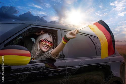 Fotobehang Voetbal Frau im Auto fährt zum Finale