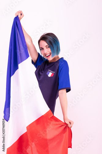 Fotobehang Voetbal Portrait d'une jeune supportrice de l'équipe de France de football, le drapeau national dans ses mains