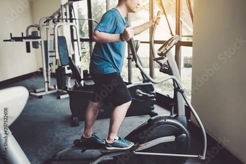 Młody człowiek w klubie fitness.
