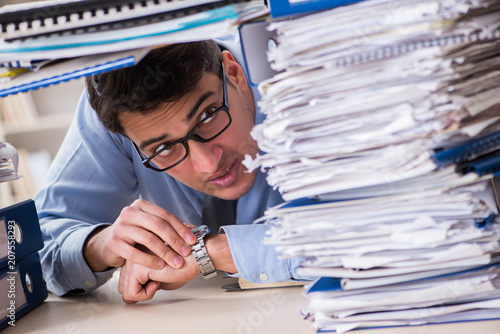 Poster Extremely busy businessman working in office