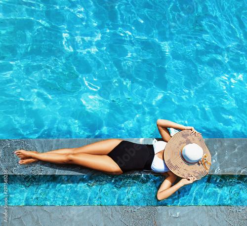 Foto Spatwand Konrad B. Sexy lady relaxing by the swimming - pool