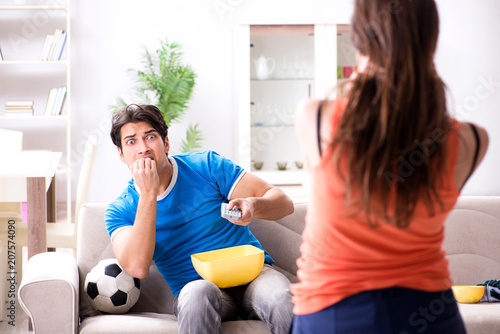 Aluminium Voetbal Wife unhappy that husband is watching football