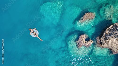 Widok z lotu ptaka na dziewczynę na powierzchni morza. Piękny skład w okresie letnim