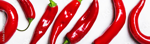 Aluminium Hot chili peppers Fresh red hot chili peppers on a gray background, top view