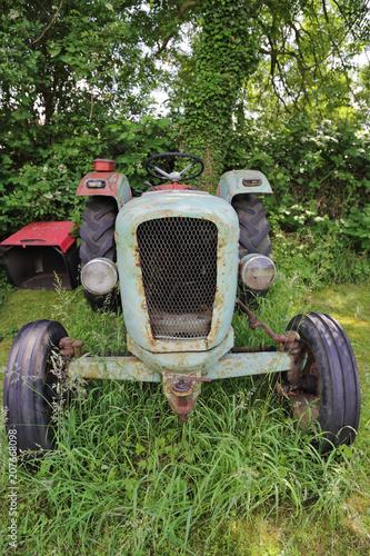 Fotobehang Trekker vieux tracteur vintage dans champs