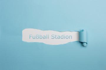 Schrift Fußball Stadion auf gerissenen Papier