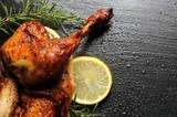 Paistettu kana Brathähnchen Pollo arrosto Poulet rôti Roast chicken - 207697607