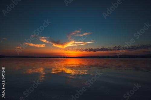Aluminium Nachtblauw Beautiful cloudscape over the lake