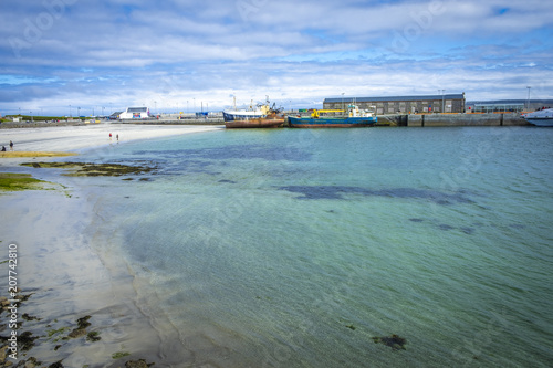 Fotobehang Schipbreuk Im Hafen von Inishmore, Aran Islands, Co Galway