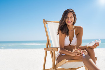 Woman applying sunscreen © Rido