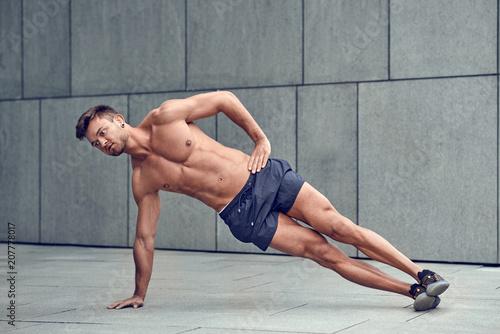 Plexiglas Fitness Junger Mann trainiert in der Stadt