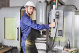 Metallarbeiter bedient CNC Werkzeugmaschine - 207793818