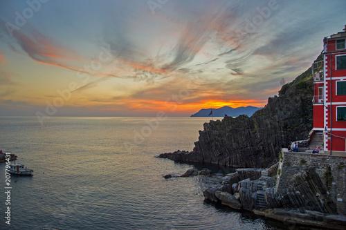 Fotobehang Zee zonsondergang Cinque Terre